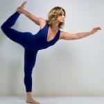 Atriz Letícia Spiller praticando Yoga